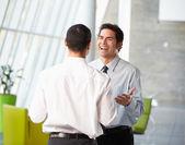 Twee zakenlieden met informele bijeenkomst in moderne kantoor — Foto de Stock