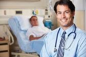Portrét lékaře s pacientem v pozadí — Stock fotografie