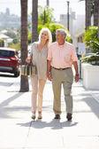 Coppia senior camminando lungo la strada insieme — Foto Stock