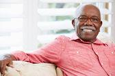 πορτρέτο του ευτυχής ανώτερος άνθρωπος στο σπίτι — Φωτογραφία Αρχείου