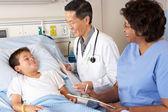 Arts en verpleegkundige kind patiënt bezoeken op ward — Stockfoto