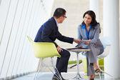 Empresario y empresaria reunidos en la oficina moderna — Foto de Stock