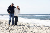 Casal sênior andando praia juntos — Fotografia Stock