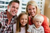 Retrato de familia sentado en el sofá en casa — Foto de Stock