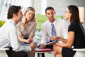 Empresarios con tableta digital con reunión en la oficina — Foto de Stock