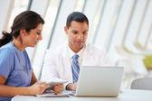 Lékař a sestra s neformální setkání v nemocniční jídelně — Stock fotografie