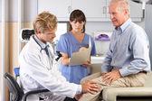 Medico esaminante paziente maschio con dolore al ginocchio — Foto Stock