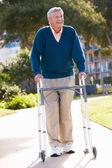Senior homme avec cadre de marche — Photo