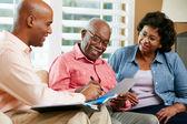 Asesor financiero hablando con mayor par en casa — Foto de Stock