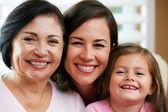 Miembros femeninos de multi generación familia en casa — Foto de Stock