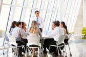 Negócios com a reunião no escritório moderno — Foto Stock