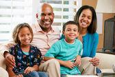 Porträtt av familj sitter på soffan tillsammans — Stockfoto