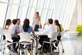 Entreprise ayant la réunion du conseil au bureau moderne — Photo