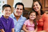 Portrait de famille, assis sur le canapé à la maison — Photo
