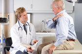 Doctor examen paciente masculino con dolor de hombro — Foto de Stock