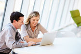 Negócios com a reunião em torno da mesa no escritório moderno — Foto Stock