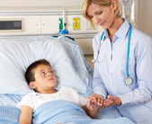 Doctor Visiting Child Patient On Ward — Stock Photo