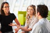 Empresarios a tener reunión alrededor de mesa en la oficina moderna — Foto de Stock