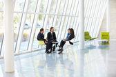 Empresarios con reunión en la oficina moderna — Foto de Stock