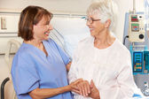 Nurse Talking To Senior Female Patient In Hospital Bed — Stock Photo