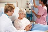 Médecin à l'aide de tablette numérique en consultation avec les hauts femmes p — Photo