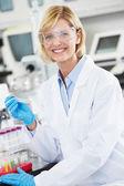Mujer científico trabajando en laboratorio — Foto de Stock