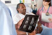 医生在与高级病人协商中使用数字平板电脑 — 图库照片