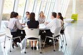 Obchod s zasedání správní rady v moderní kancelářské — Stock fotografie