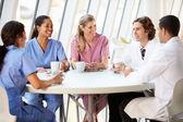 Sağlık personeli modern hastane kantininde sohbet — Stok fotoğraf