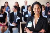 Empresaria entregar presentación en conferencia — Foto de Stock