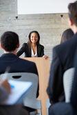 деловая женщина, предоставляющая представление на конференции — Стоковое фото