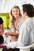 Empresários com reunião em torno da mesa no escritório moderno — Foto Stock