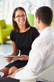 Biznesmeni z cyfrowy tabletki o spotkanie inoffice — Zdjęcie stockowe