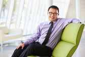 Porträtt av affärsman som sitter på soffan i moderna kontor — Stockfoto