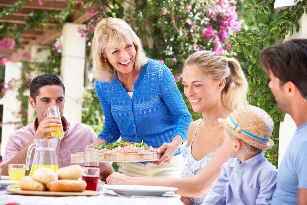 Resultado de imagen de abuela sirviendo la mesa