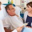 Doctor Talking To Couple On Ward — Stock fotografie