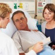 Doctor Talking To Couple On Ward — Foto Stock