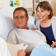 Doctor Talking To Couple On Ward — Stockfoto
