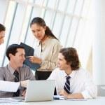会议围绕表在现代办公的商人 — 图库照片
