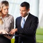 商人和女企业家在办公室有非正式会议 — 图库照片