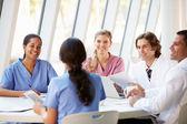 Medicinska team möte runt bord i moderna sjukhus — Stockfoto