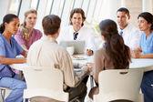 ärzteteam diskutieren behandlungsmöglichkeiten mit patienten — Stockfoto