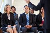 Publiek luisteren naar presentatie op conferentie — Stockfoto