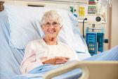 在医院的床上高级女性病人放松的肖像 — 图库照片