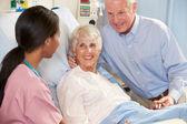 Sjuksköterska prata med äldre par på ward — Stockfoto