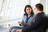 Geschäftsleute mit digitalen tablet sitzen im modernen büro — Stockfoto