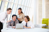 бизнесмены, имея встречи вокруг стола в современном офисе — Стоковое фото