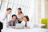 Ondernemers met vergadering rond tafel in moderne kantoor — Stockfoto