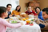 πολυ γενιάς οικογένεια γιορτάζει με χριστουγεννιάτικο γεύμα — Φωτογραφία Αρχείου