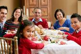 Multi generace rodina slaví vánoce jídlem — Stock fotografie